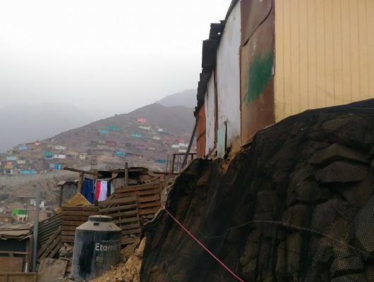 Action solidaire par Vision du Monde : Construction d'un mur de soutènement dans le bidonville de Colliqué, à Lima au Pérou